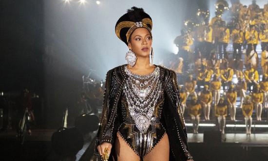 Depois de documentário e álbum completo do Coachella, Beyoncé surpreende novamente, dessa vez com uma coleção-cápsula - vem conferir os produtos!