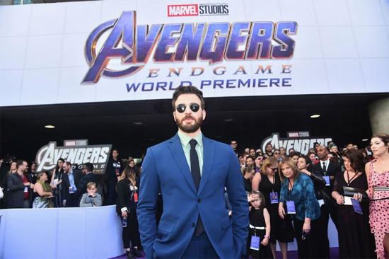 """A tranquilidade no rosto de quem, dizem, vai se aposentar da Marvel depois desse filme... Vem ver mais dos looks da pré-estreia de """"Vingadores: Ultimato"""""""