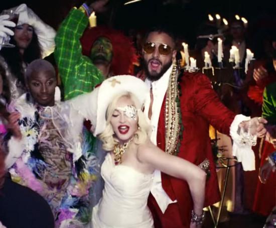 Madonna lançou clipe novo com o Maluma cheio de looks pra gente comentar, vem ver!