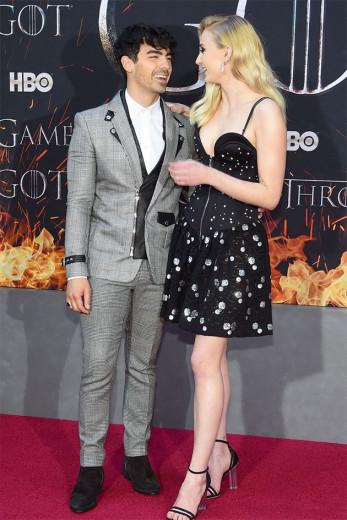 Joe Jonas de Balmain e Sophie Turner de Louis Vuitton - vem ver mais do tapete vermelho!