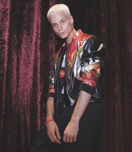 O modelo Tales Cotta faleceu hoje, dia 27/04, enquanto desfilava para a marca Okså
