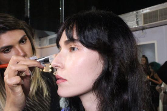 A modelo Ellen Milgrau no make, se preparando pra mais um desfile - vem ver mais na galeria!