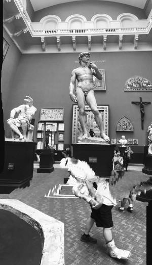 """Davi de Michelangelo no Victoria & Albert Museum, uma das fotos de Leão Serva na exposição """"Dear Alien"""" - vem ver mais"""