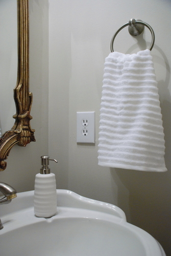 White accessories in a bathroom - so clean! | www.livelygreendoor.com