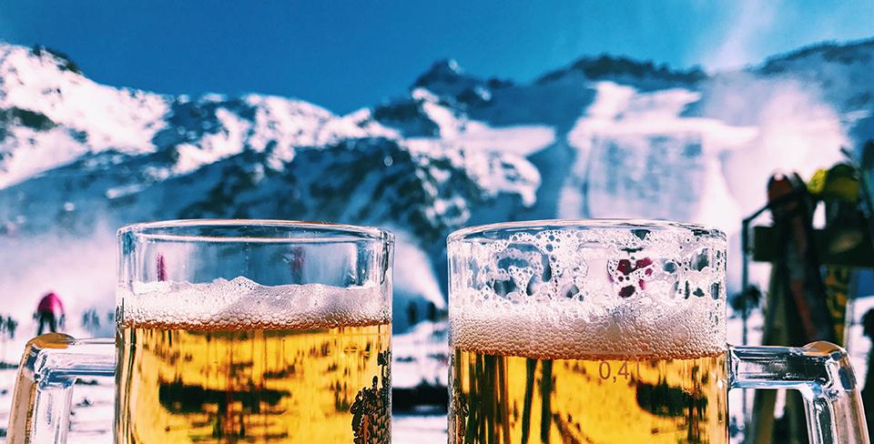 Blog-Full-Width-Image-Apres-Ski-Beer-Mountains-Winter-Snow