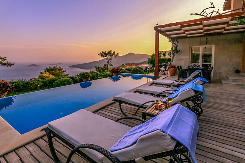 LAPS OF LUXURY: 10 INCREDIBLE POOLS YOU NEED TO SEE