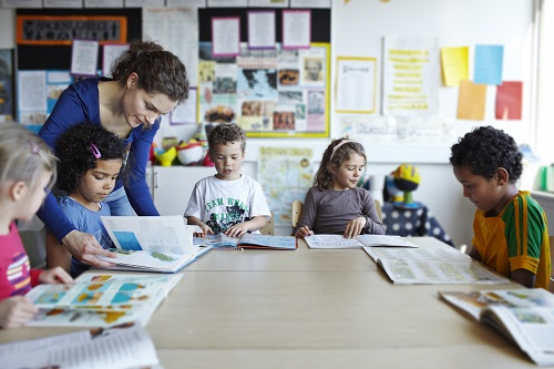 Uma professora em sala de aula com seus alunos
