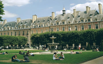 photo of place des vosges on our le marais walking tour