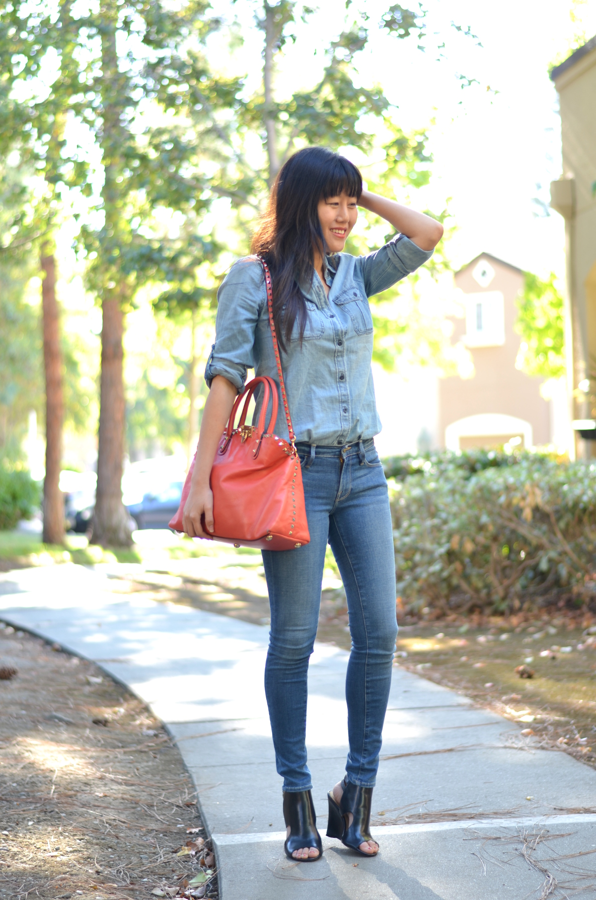 frame le skinny de jeanne culver jeans express chambray top open toe sandals valentino stud dome bag