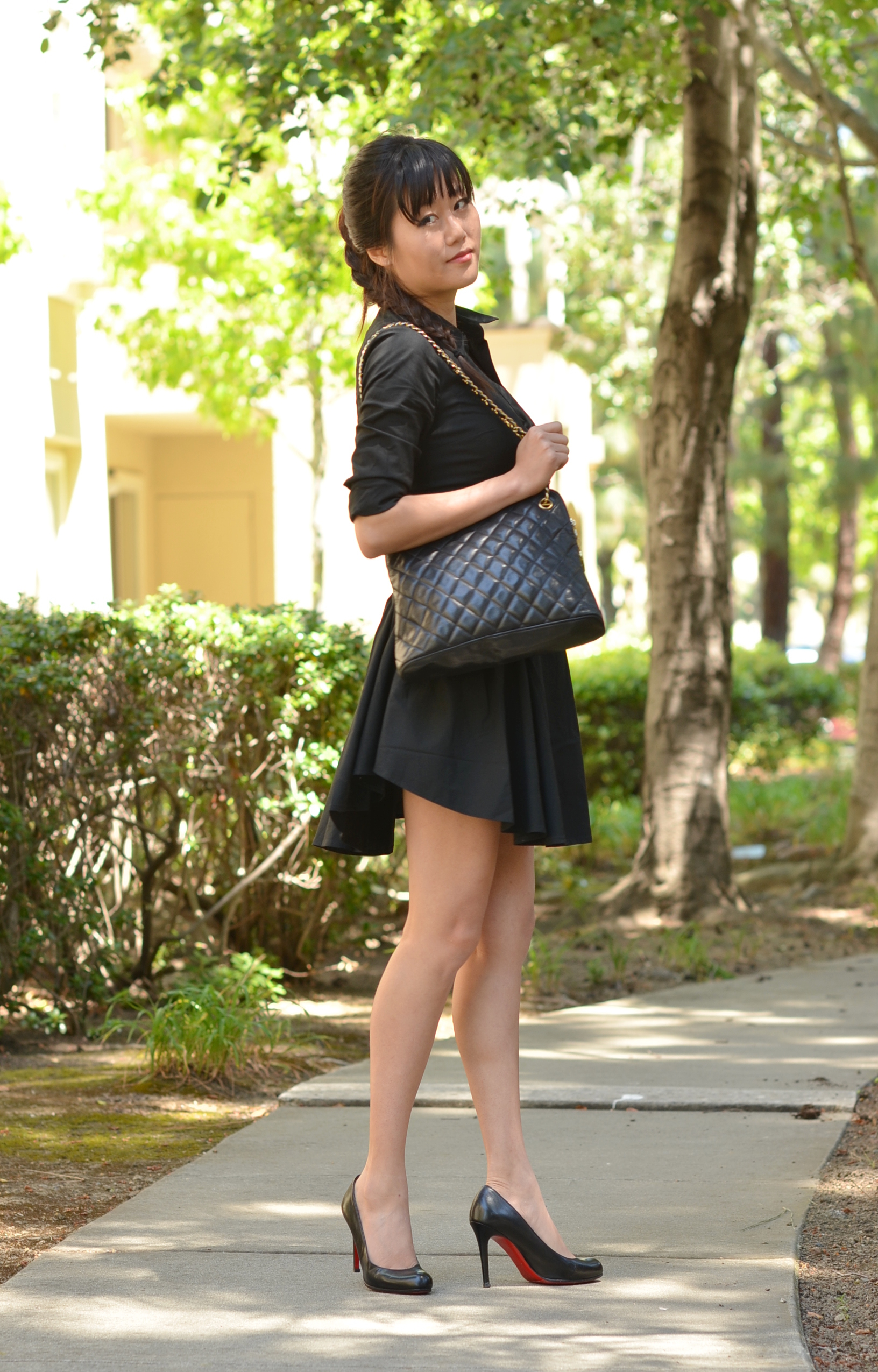 all black outfit wearing chanel bag and christian louboutin simple 100 pumps heels shoes