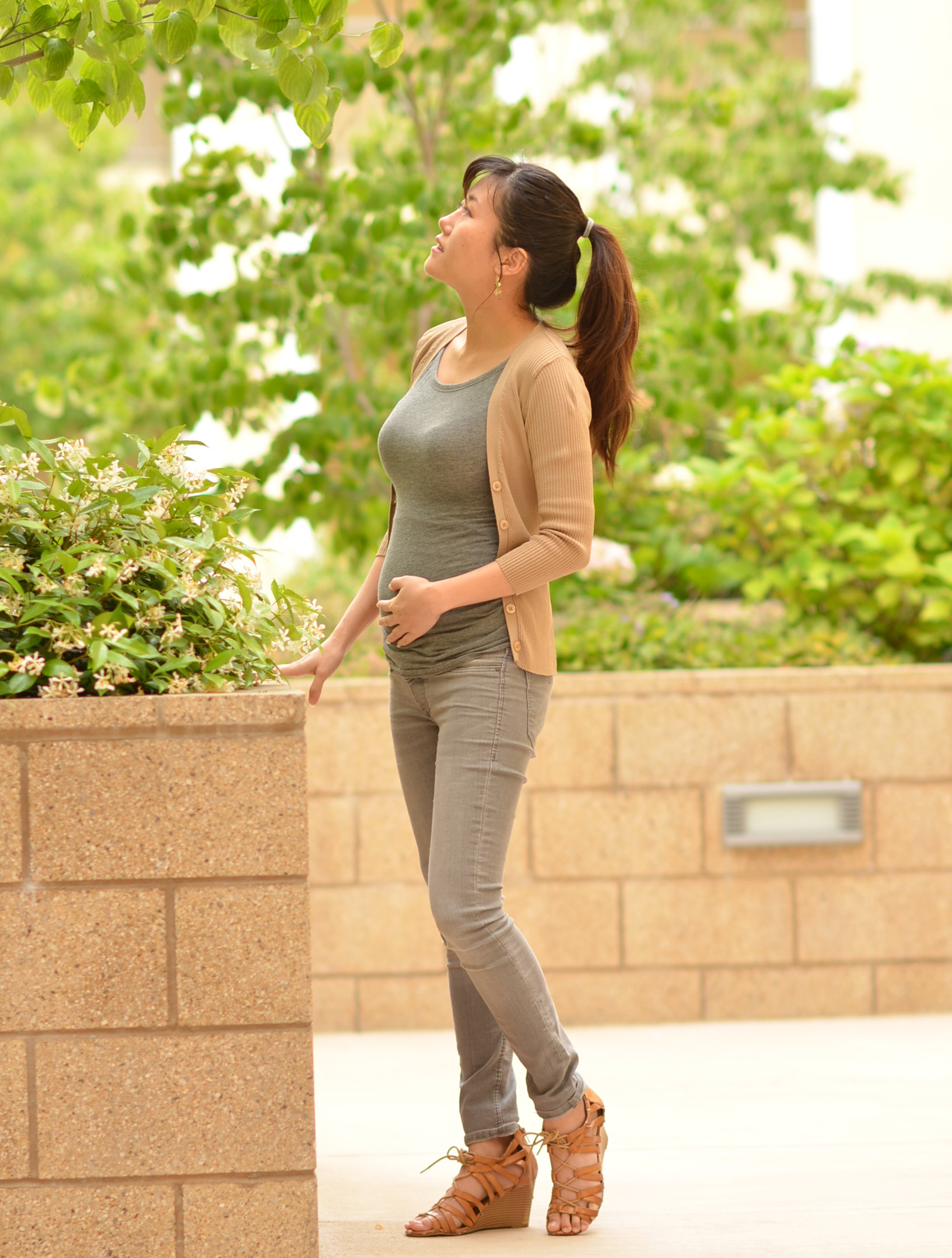 h&m mama gray maternity skinny jeans outfit