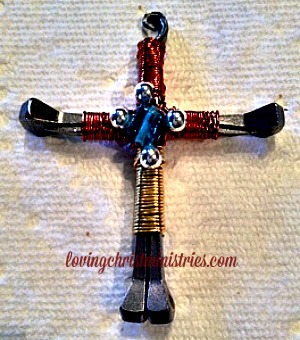 How to Make a Horseshoe Nail Cross - These beautiful horseshoe nail crosses make a beautiful takeaway for the ladies at your retreat.