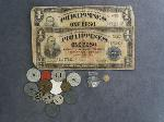 Lot: 2424 - 18K LADIES RING, FOREIGN CURRENCY & TOKENS