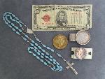 Lot: 3048 - SILVER MONEY CLIP W/1900 MORGAN & 1928 $5 NOTE