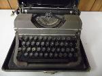 Lot: A7147 - Vintage 1940s Underwood Typewritter