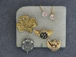 Lot: 5723 - 10K EARRINGS & 10K LAPEL PIN
