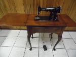 Lot: A7222 - Vintage 1940s Singer Sewing Machine