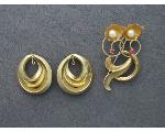Lot: 7388 - BROOCH & 14K PAIR EARRING ENHANCERS
