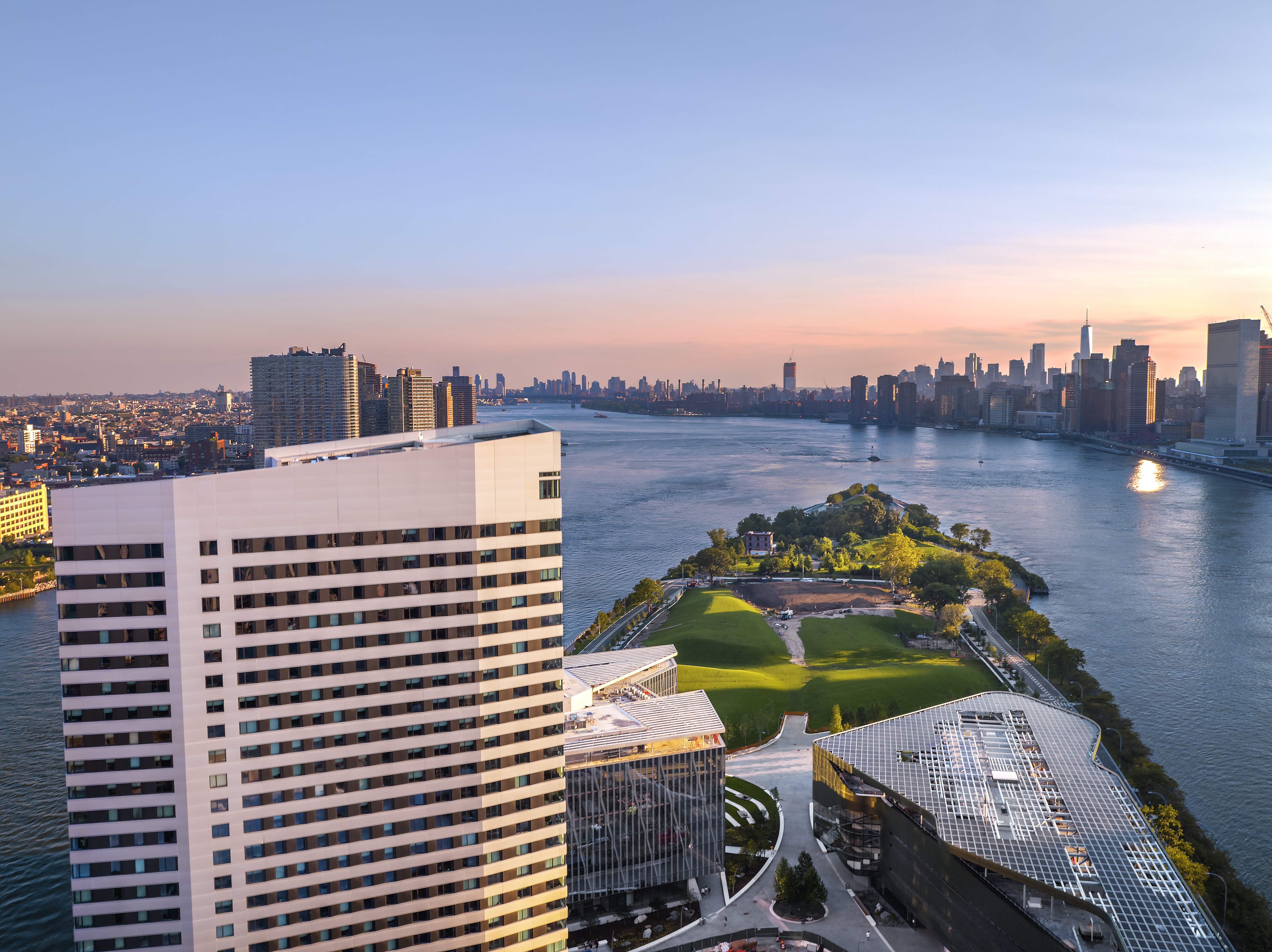 campus - aerial view house and roosevelt island
