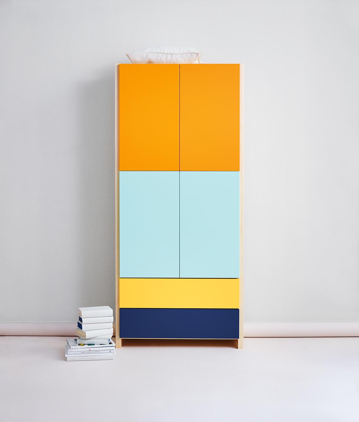 Lundia Classic -hylly värillisillä ovilla ja laatikoilla
