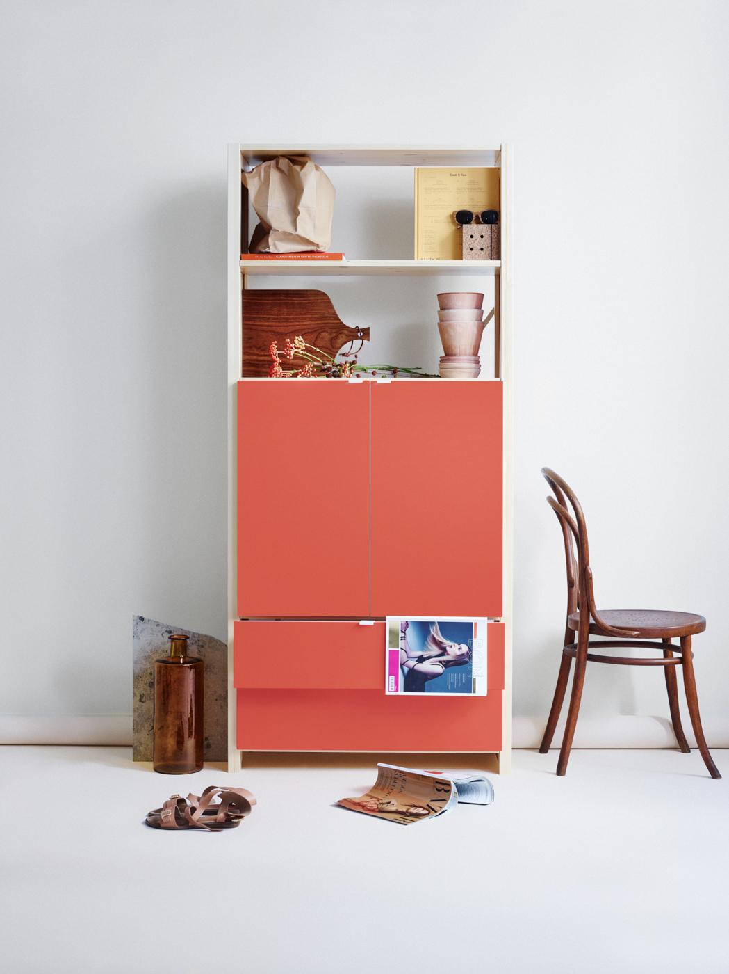 Lundia Classic -hylly punaisilla ovilla ja laatikoilla