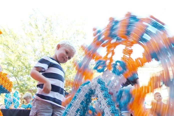 LUX Blox - Ferris Wheel made from bendable construction toy