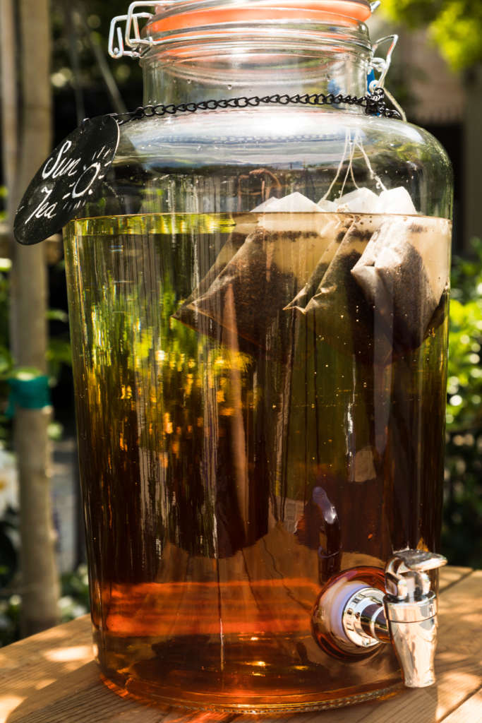 How to make sun tea with lemon