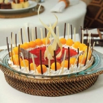 Rattan Holder with 9\ Round Pyrex Pie Dish