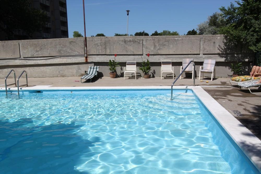 Northgate Manor - 345 Willowdale Cres Woodstock Ontario - Seasonal Outdoor Pool
