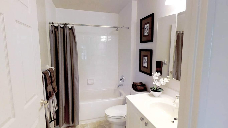 Fallowfield Towers III - 141 Fallowfield Drive Kitchener Ontario - Bathroom