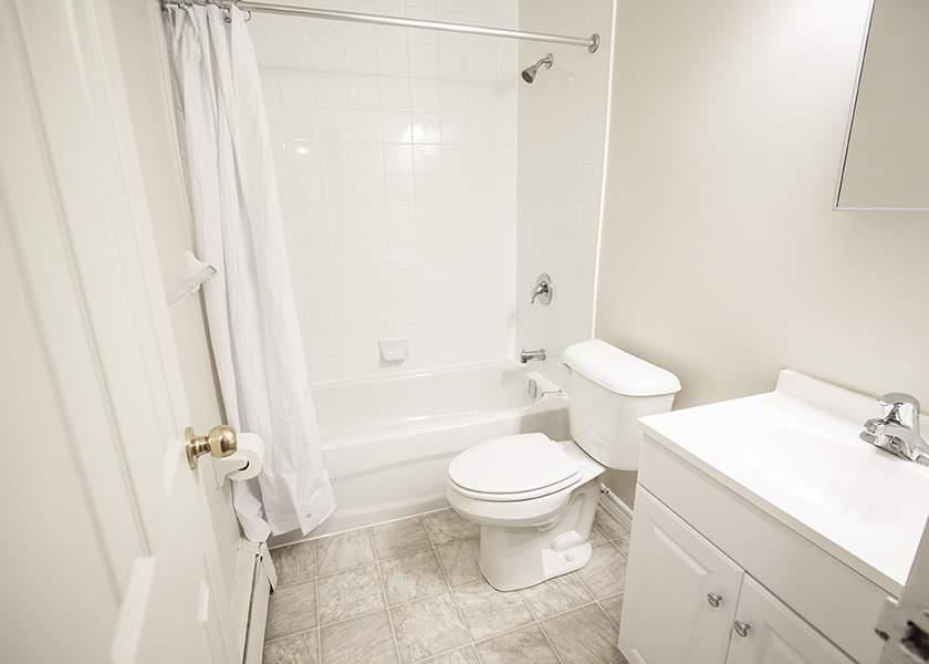 Springbank Gardens - 420 North Street Byron Ontario - Bathroom