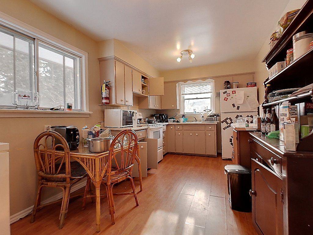 266 Sunview St. Main floor kitchen