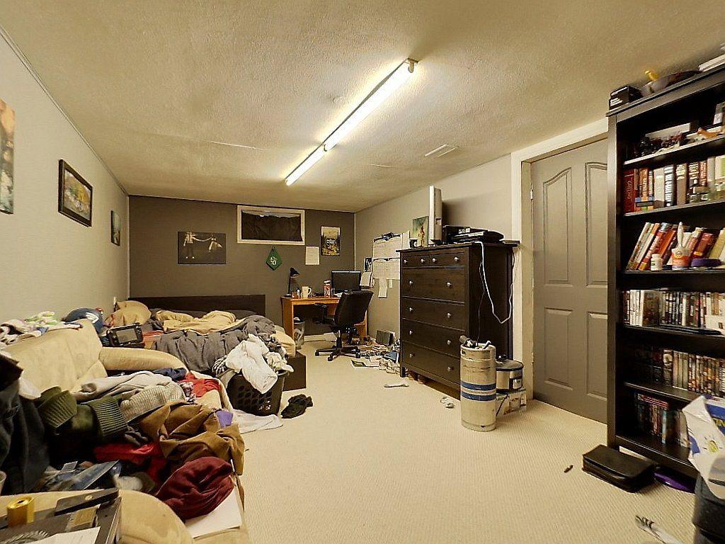 266 Sunview St. Lower floor - Bedroom