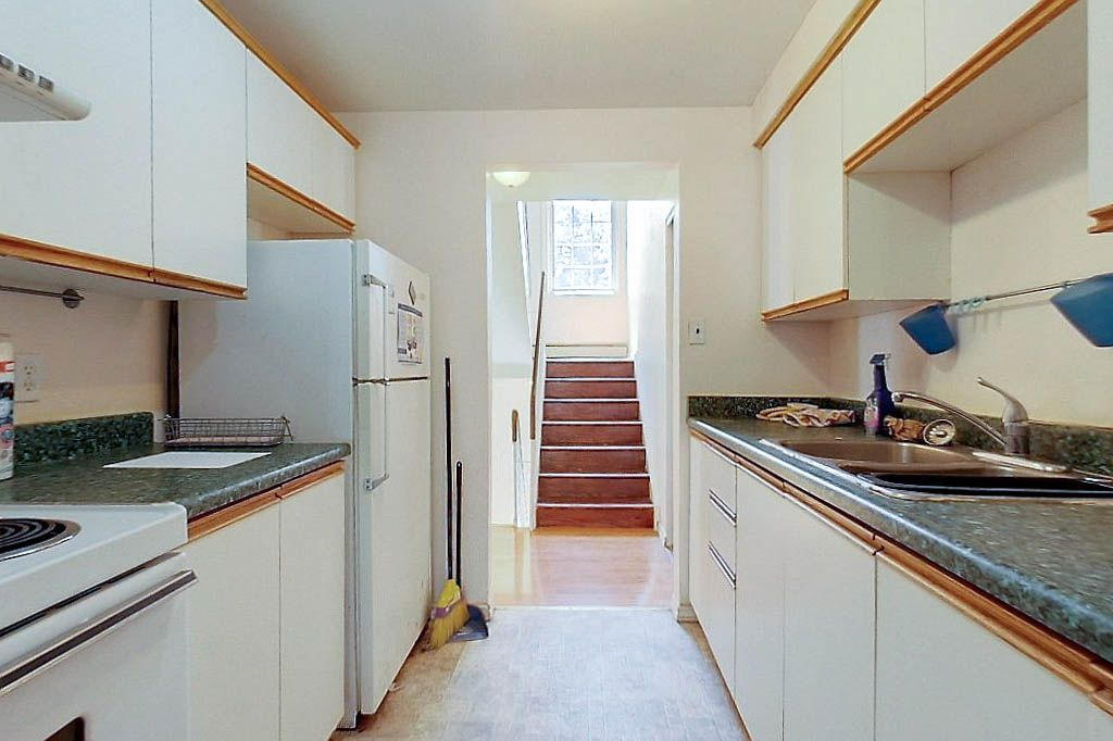 647 Albert - STUDENTS!  Utilities included. Furniture option.  3 Bed + Den townhouse with 3 levels of space!