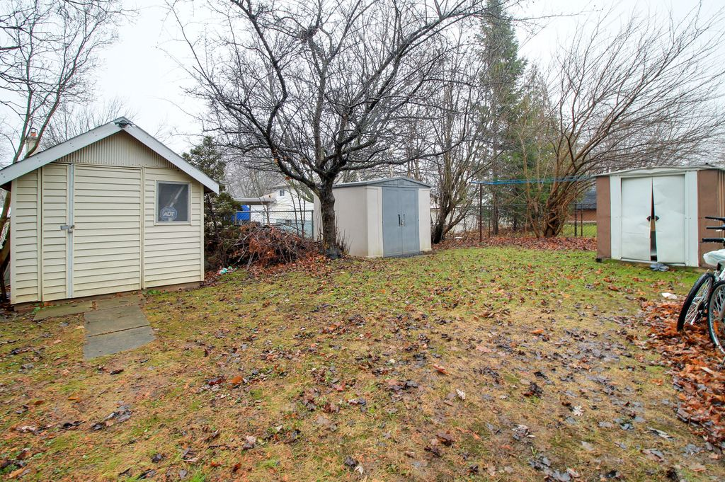 42 Amos - Walk to UW! Detached house with two units of 3&2 for group of 5!
