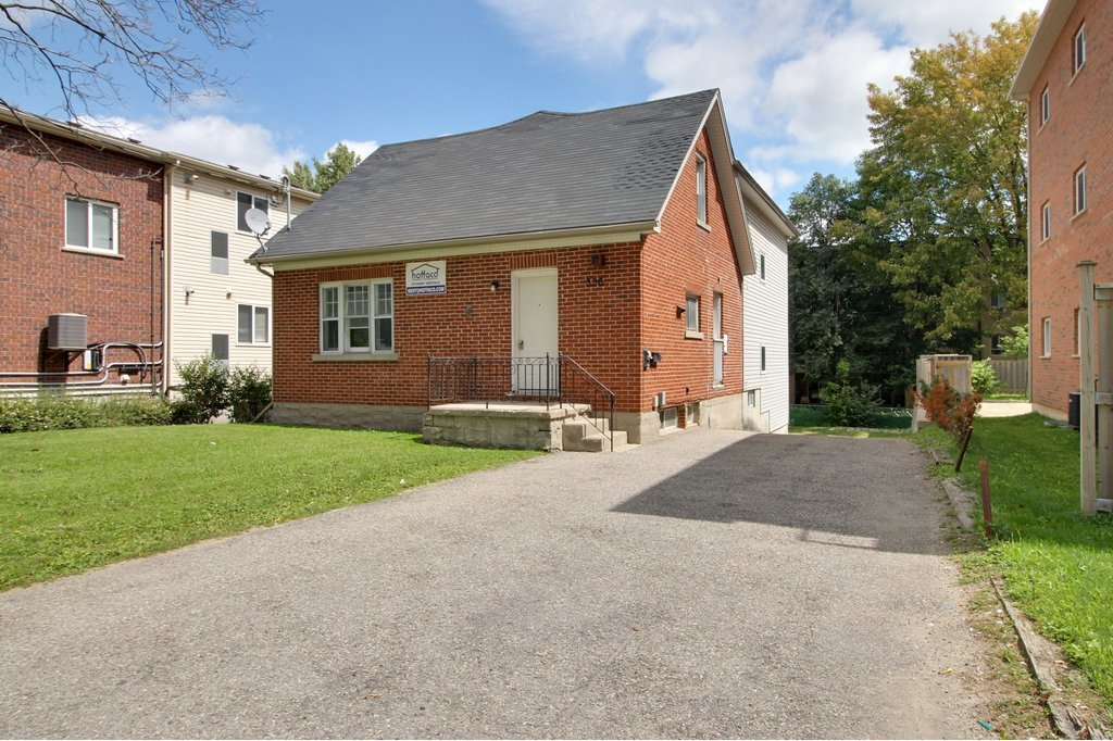 336 King - STUDENTS walk to WLU+UW! Large three levels of space!