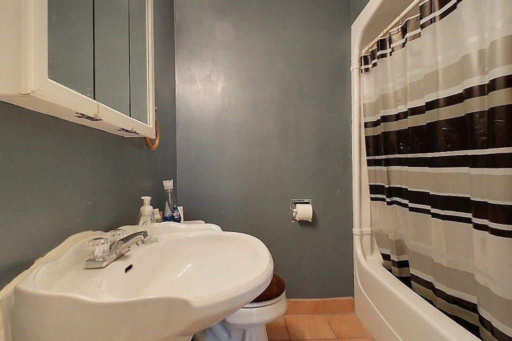 Top level (unit B) - Bathroom