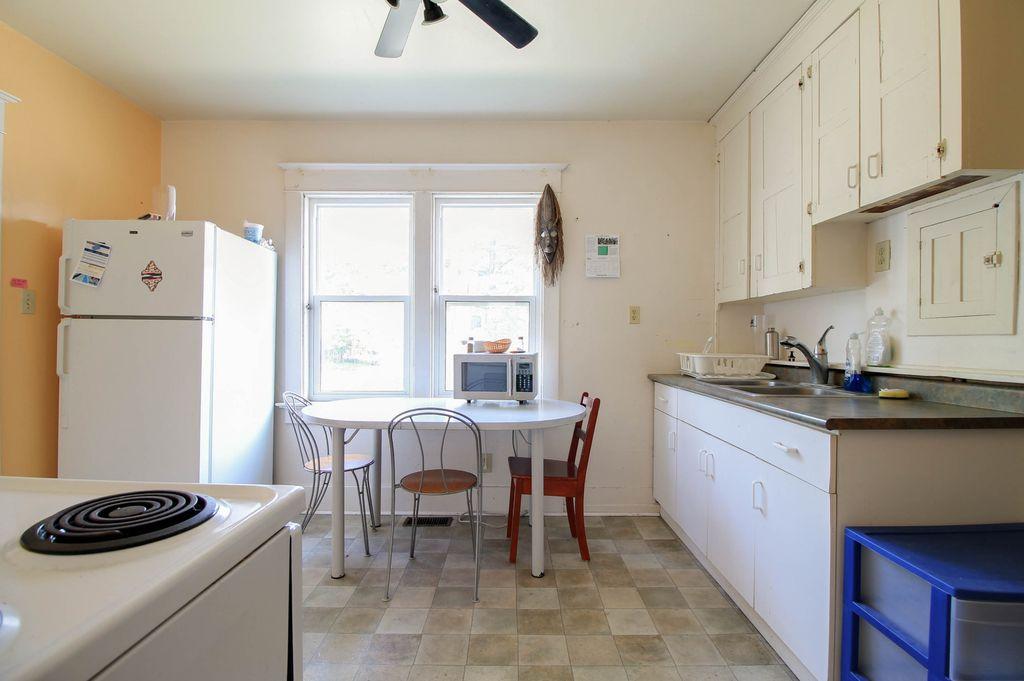 142 Erb - Main floor kitchen