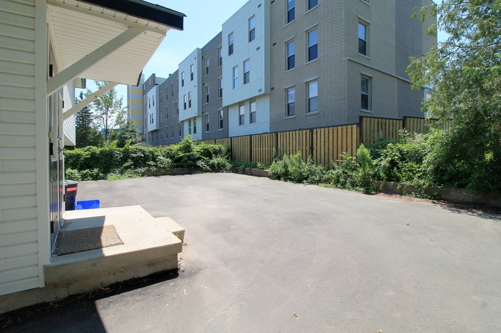277 Hazel - 3 minute walk to WLU! AAA New and Big space for groups of four!