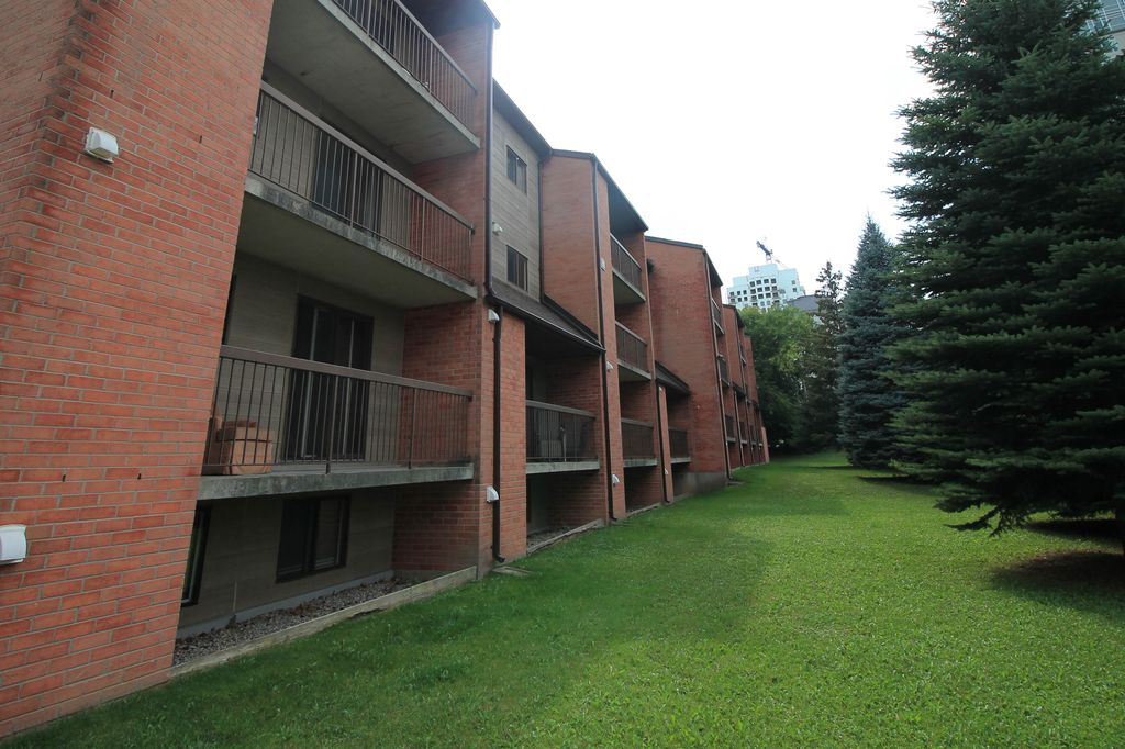 30 Hickory E - Walk to WLU+UW! Big+CHEAP 3 bed units! Students love being here!