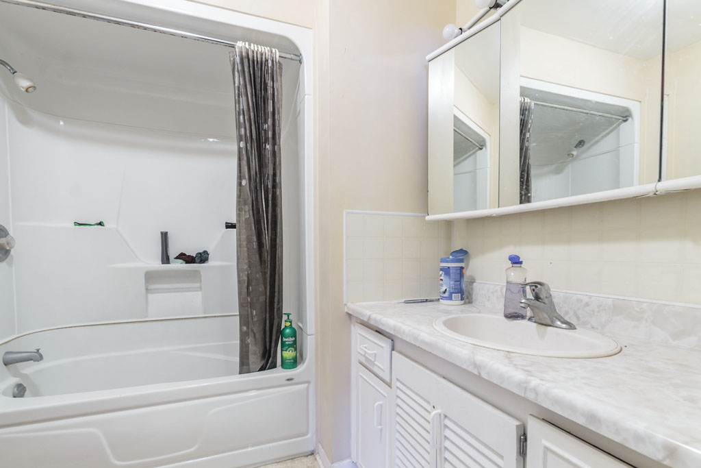 265 Thorncrest - Near UW - Full detached house! Utilities+Furniture included!