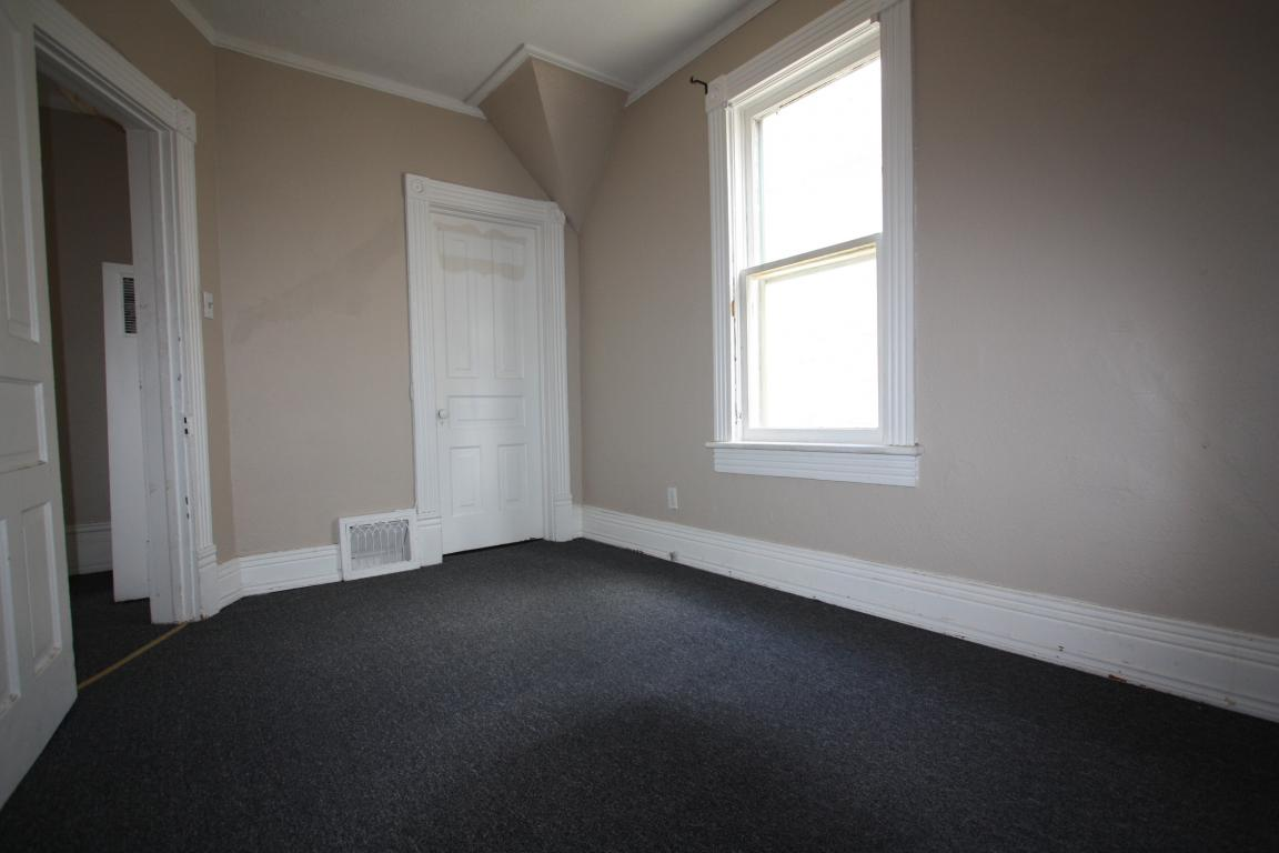Apartments For Rent - 241 Cromwell St, Sarnia, ON - Upper bdrm