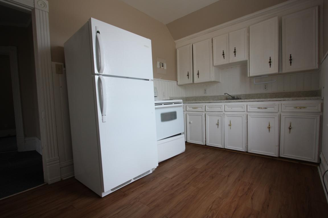 Apartments For Rent - 241 Cromwell St, Sarnia, ON - Upper Kitchen