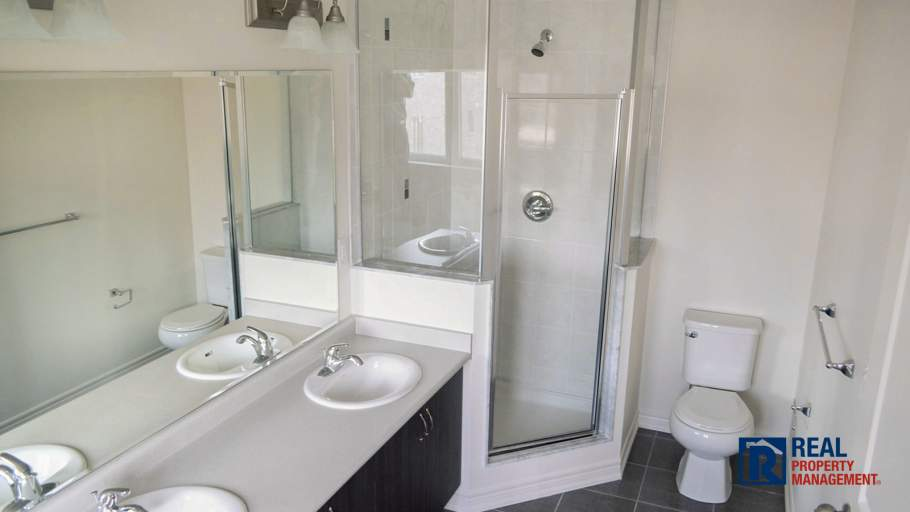 5 piece en suite with seperate show