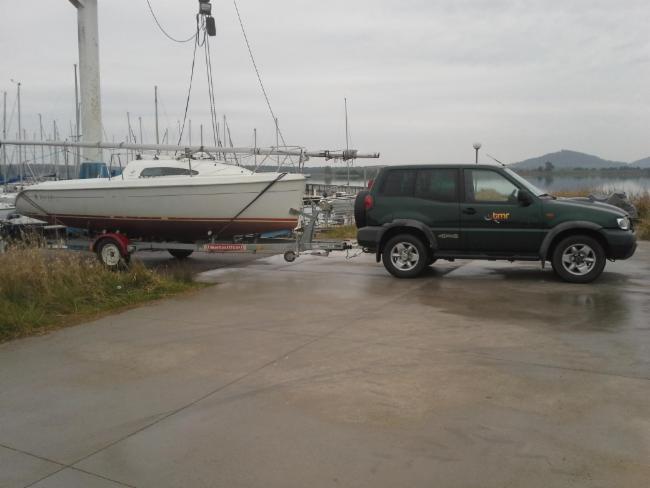 Transport et mise à l'eau d'un bateau Transports de matières dangereuses. Livraisons express de jour comme de nuit