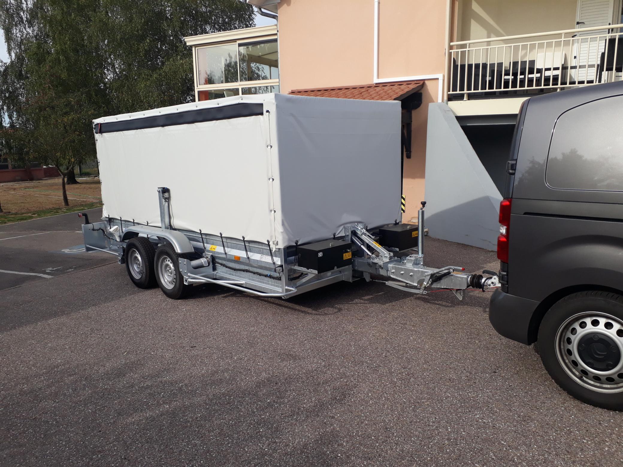 Fourgon bâché dechargement avec tire palettes. SAINT NICOLAS DE PORT Transport de machine Transports rapides