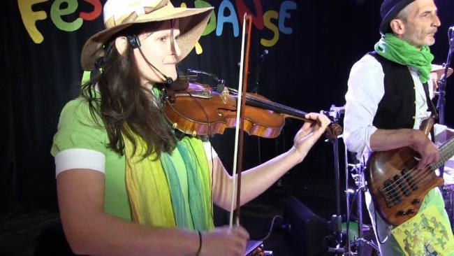 Cathy Siorat,violon et Sylvain Schenckery basse (bali bala) bal de carnaval marché de Noël