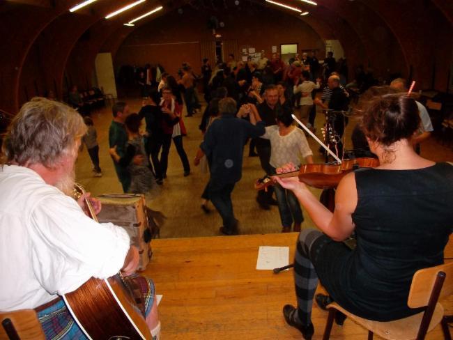 Angus Aird à la guitare et C Siorat au violon dans Catiandme (irish) marché de Noël
