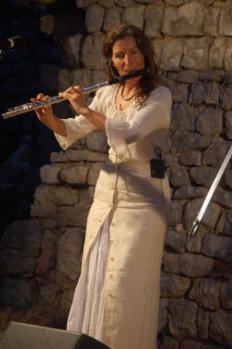 Fabienne Potage, flûte traversière dans temps-danse aux vents déambulation en musique animation de rue