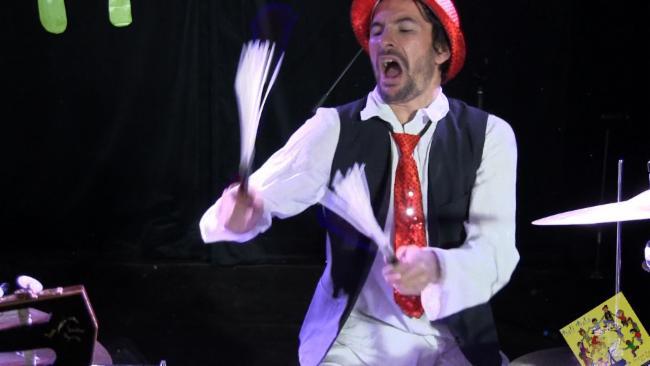 Jeremie Chouchanian contes en musique fabrication d'instruments animation de foire et de festivals la danse des origines à nos jours